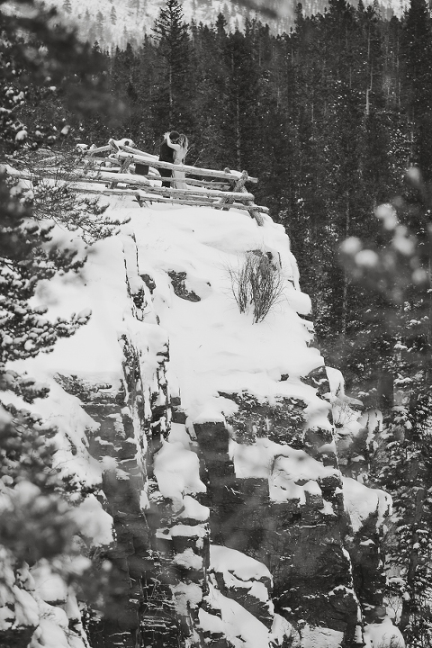 cliff side elopement in the snow inside RMNP in Colorado